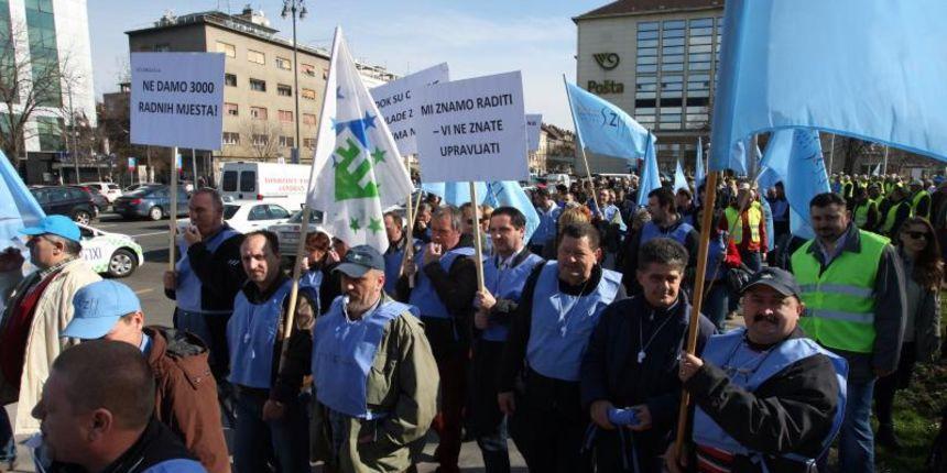 27022014-zagreb-clanovi-sindikata-zeljeznicara-hrvatske-odrzali-su-prosvjed-na-glavnom-kolodvoru-povorka-prosvjednika-potom-se-zaputila-prema-sjedistu-uprave-hz-carga-te-markov-t